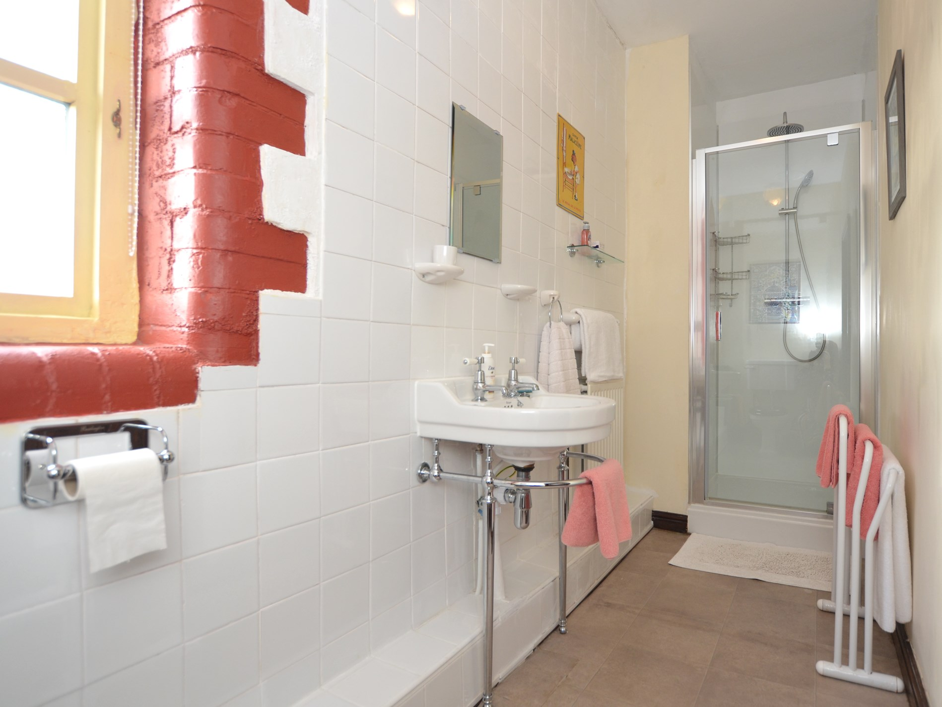 Light and bright en-suite shower room