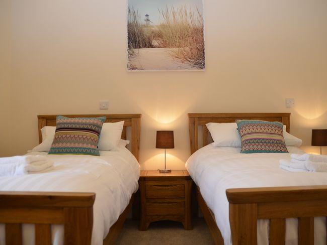 Twin bedroom with en-suite shower room