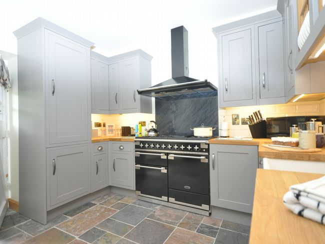 Well-equipped kitchen with range cooker