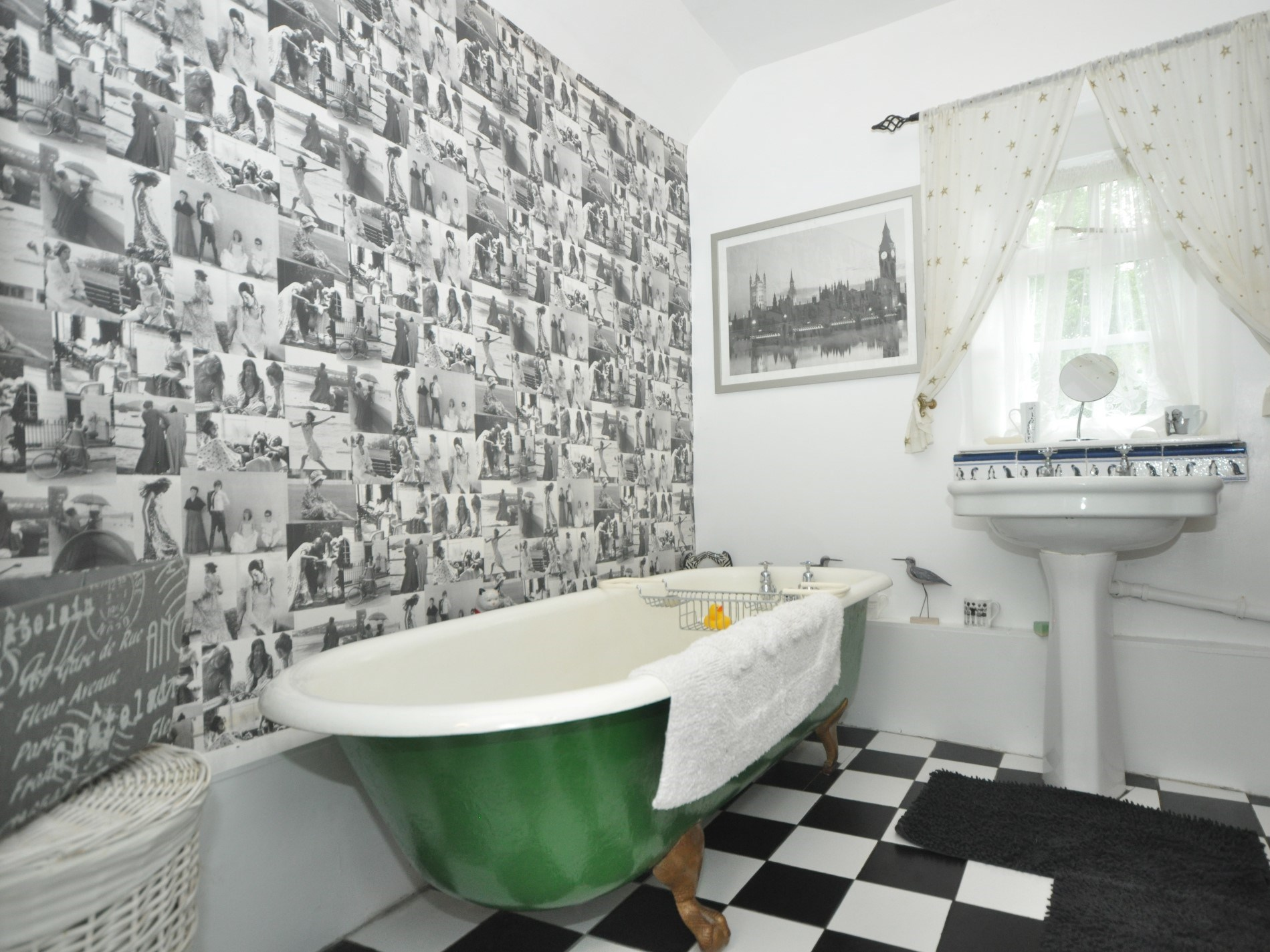 Bathroom with roll-top bath