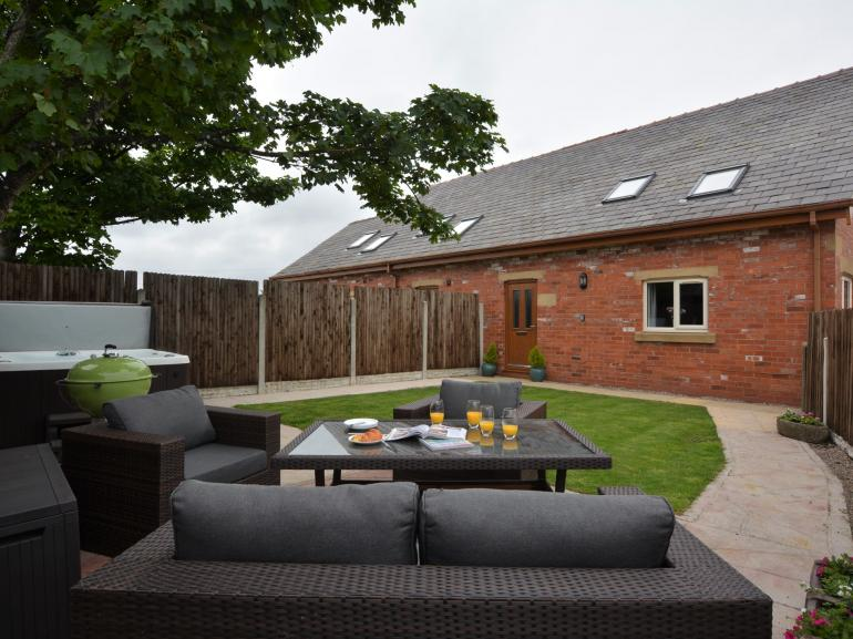 Garden with hot tub and seating
