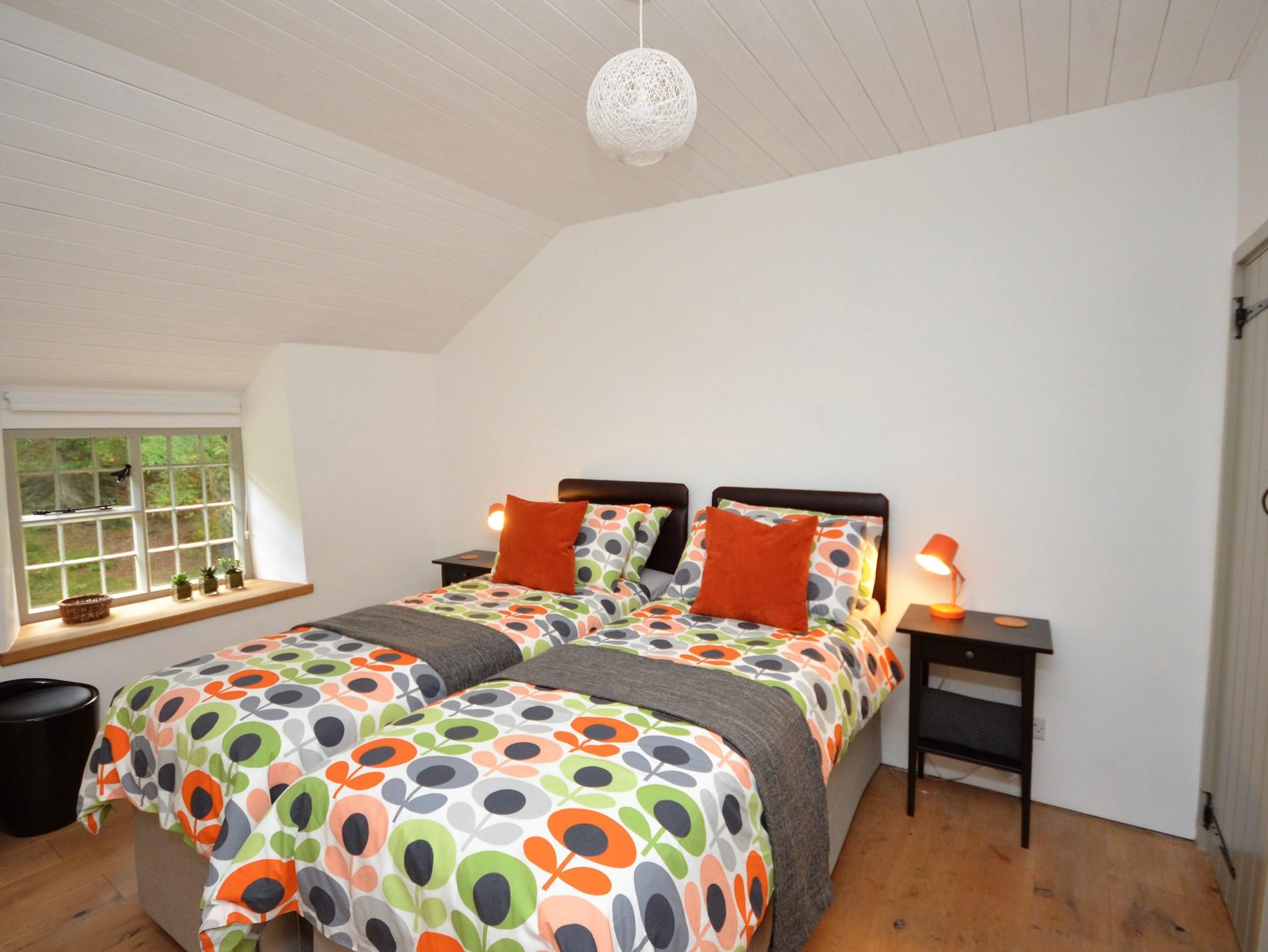 Twin zip and link bedroom with en-suite shower room