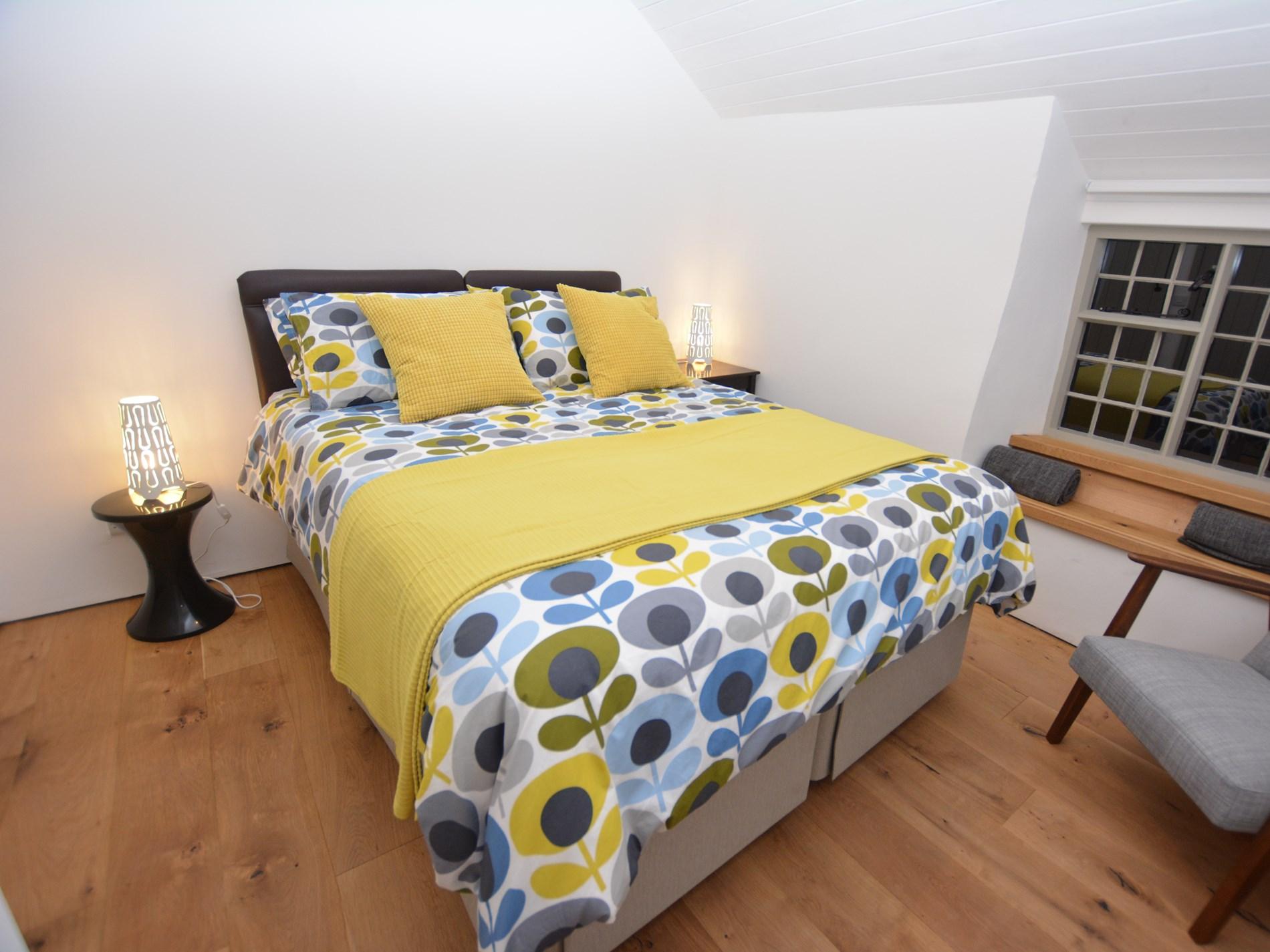 King-size zip and link bedroom with en-suite shower room