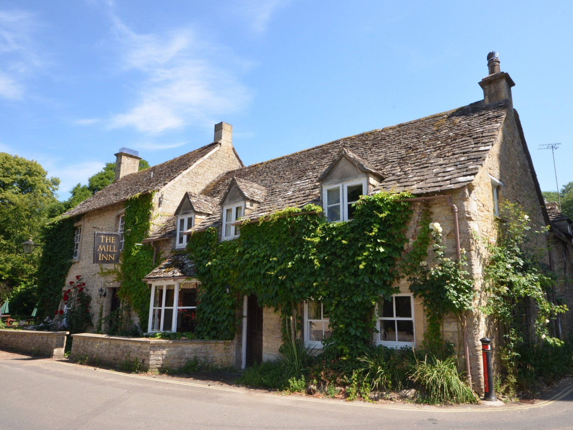 Traditional Cotswolds village pub within walking distance