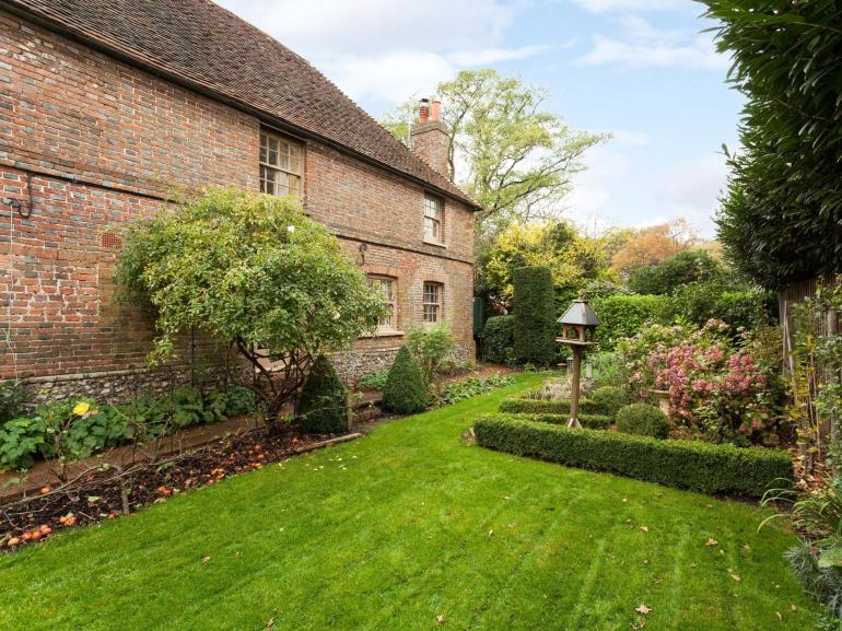 Grade II listed 15c cottage set in a idyllic cottage garden