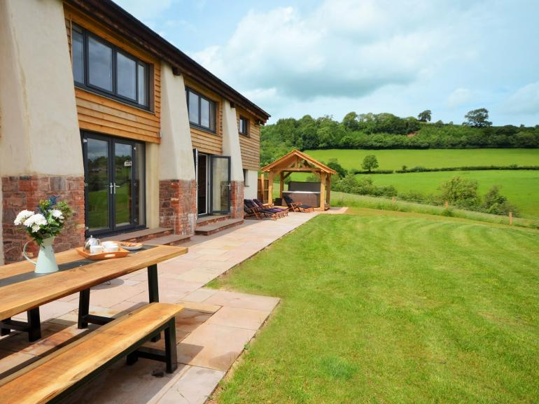Fantastic barn with plenty of outdoor space for all the family