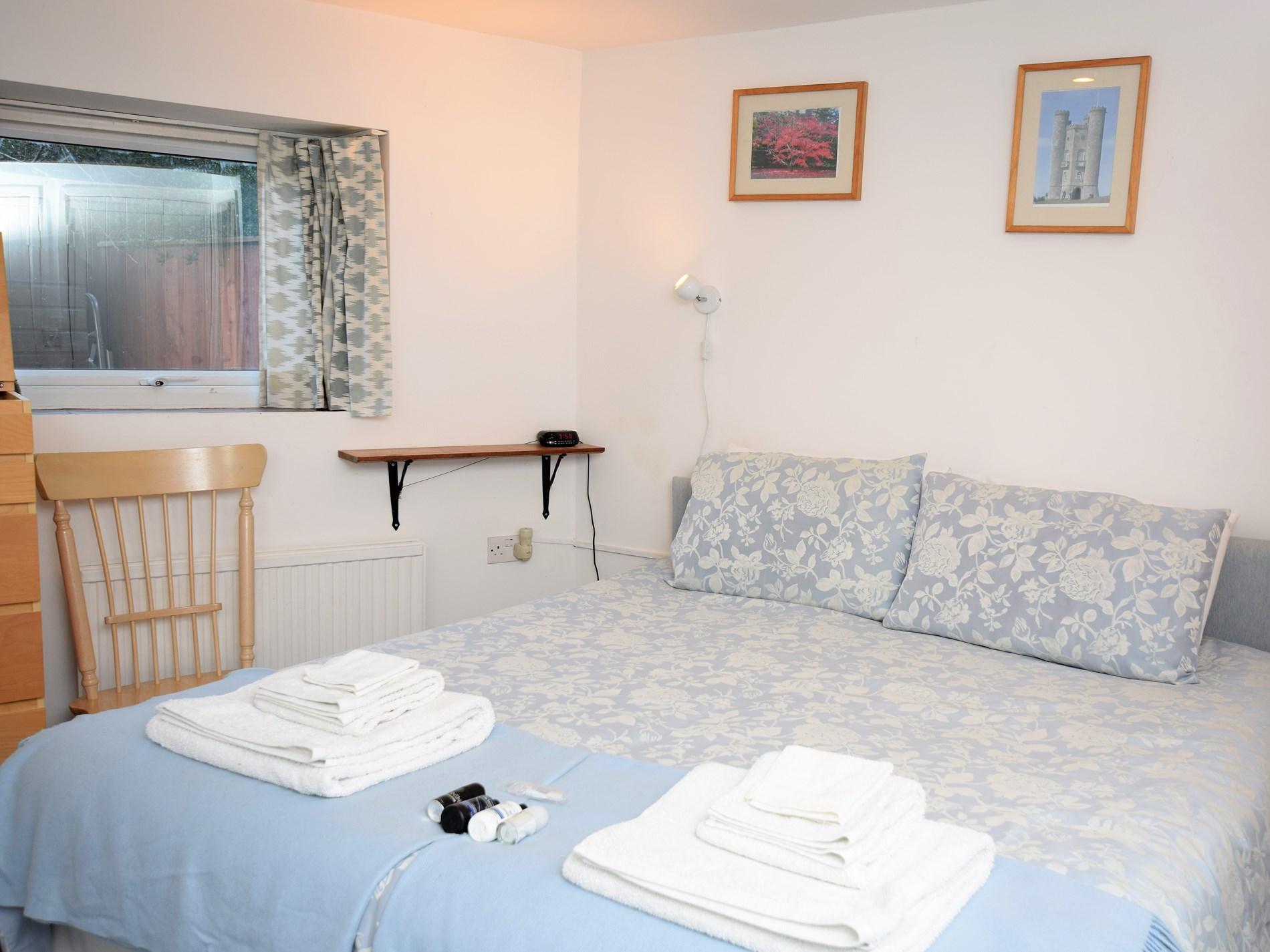 King or twin bedroom with en suite, ground floor
