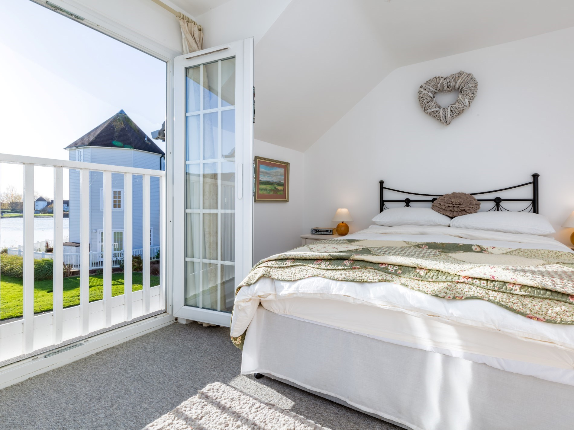 Wake up to bird song in this spacious king-size