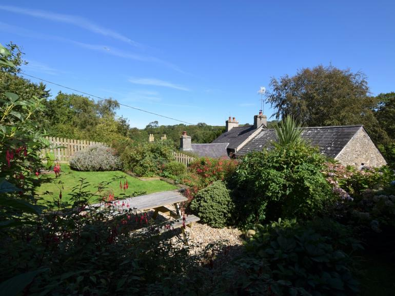 Super semi-detached cottage with woodland walk to beach