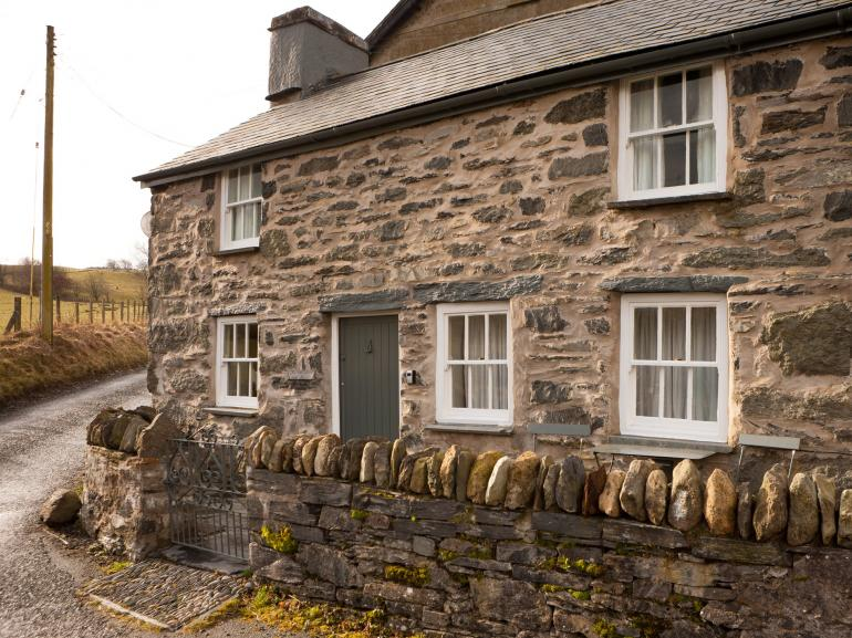 Gorgeous stone cottage ideally located within the Snowdonia National Park