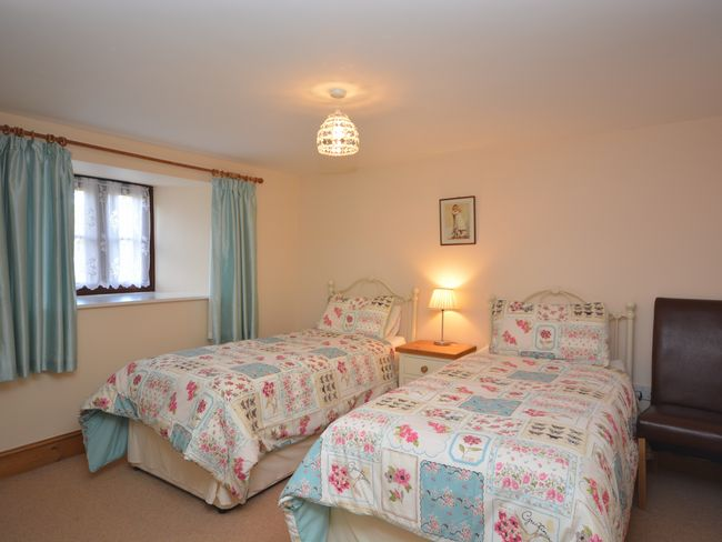 Downstairs twin bedroom with en-suite shower room