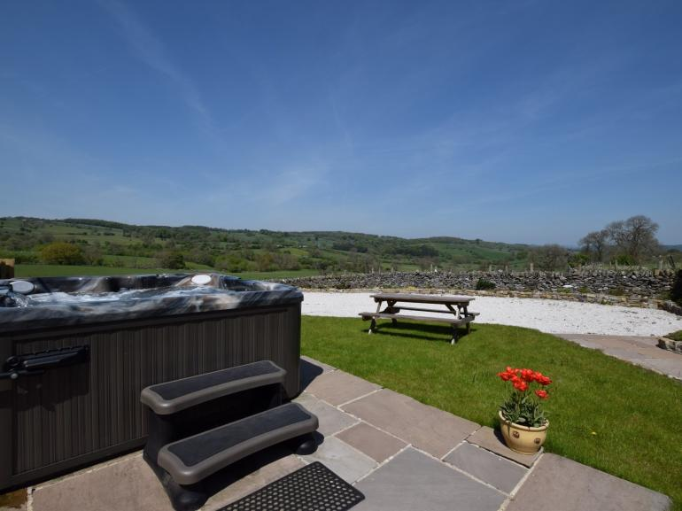 Stunning unbroken countryside views from the hot tub