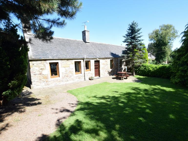 Charming cottage nestled in a peaceful location in the heart of King Stables Golf course