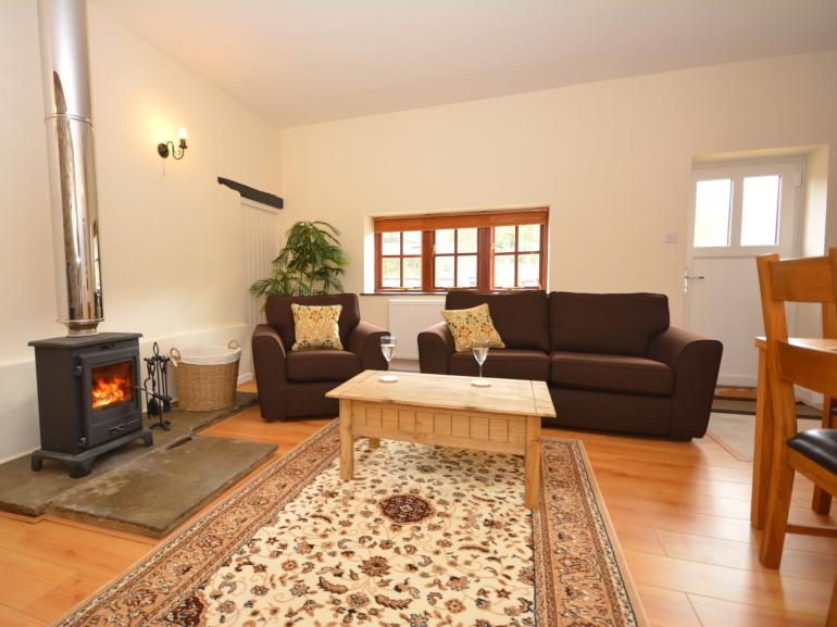 Spacious lounge/diner with warming wood burner making this perfect all year round