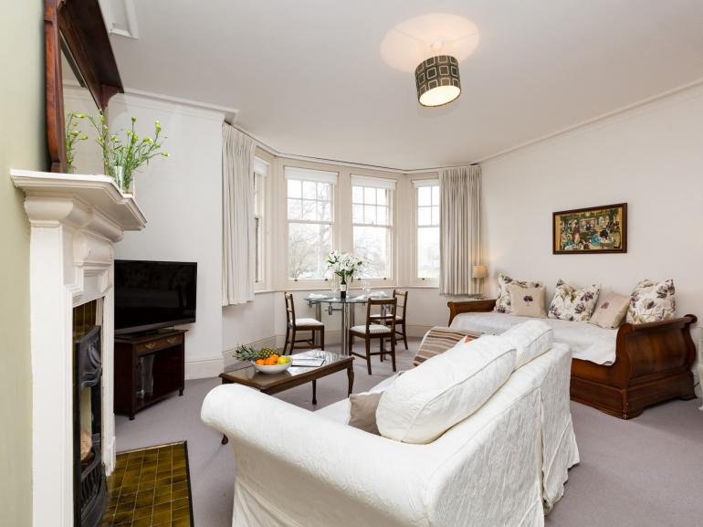 Relax in the spacious & elegant apartment in central Eastbourne