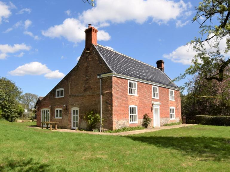 Stylish farmhouse on the Norfolk Broads, perfect for friends and families