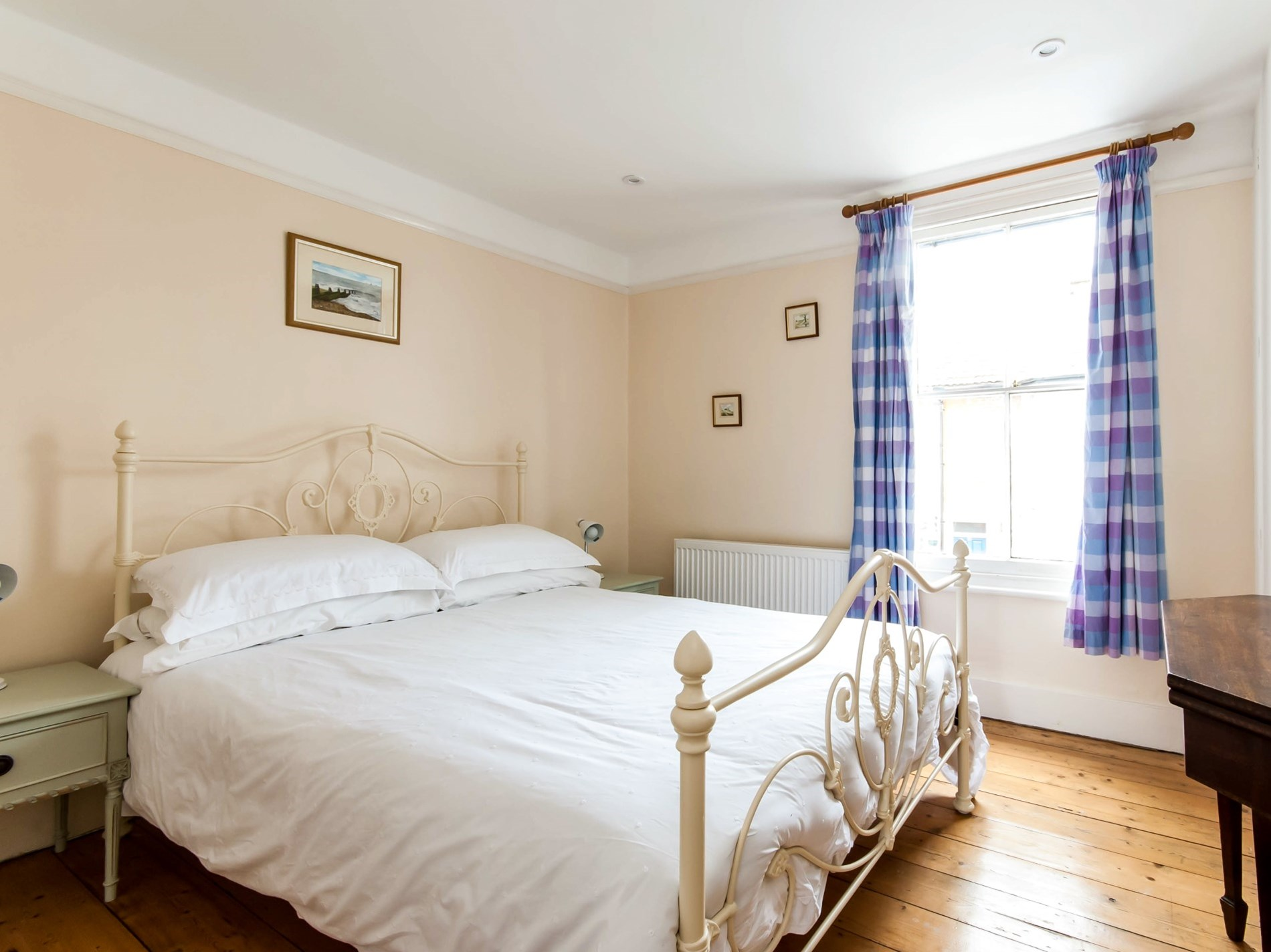 A tastefully decorated double bedroom