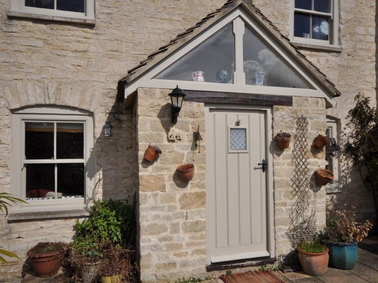 Pretty Cotswold stone cottage