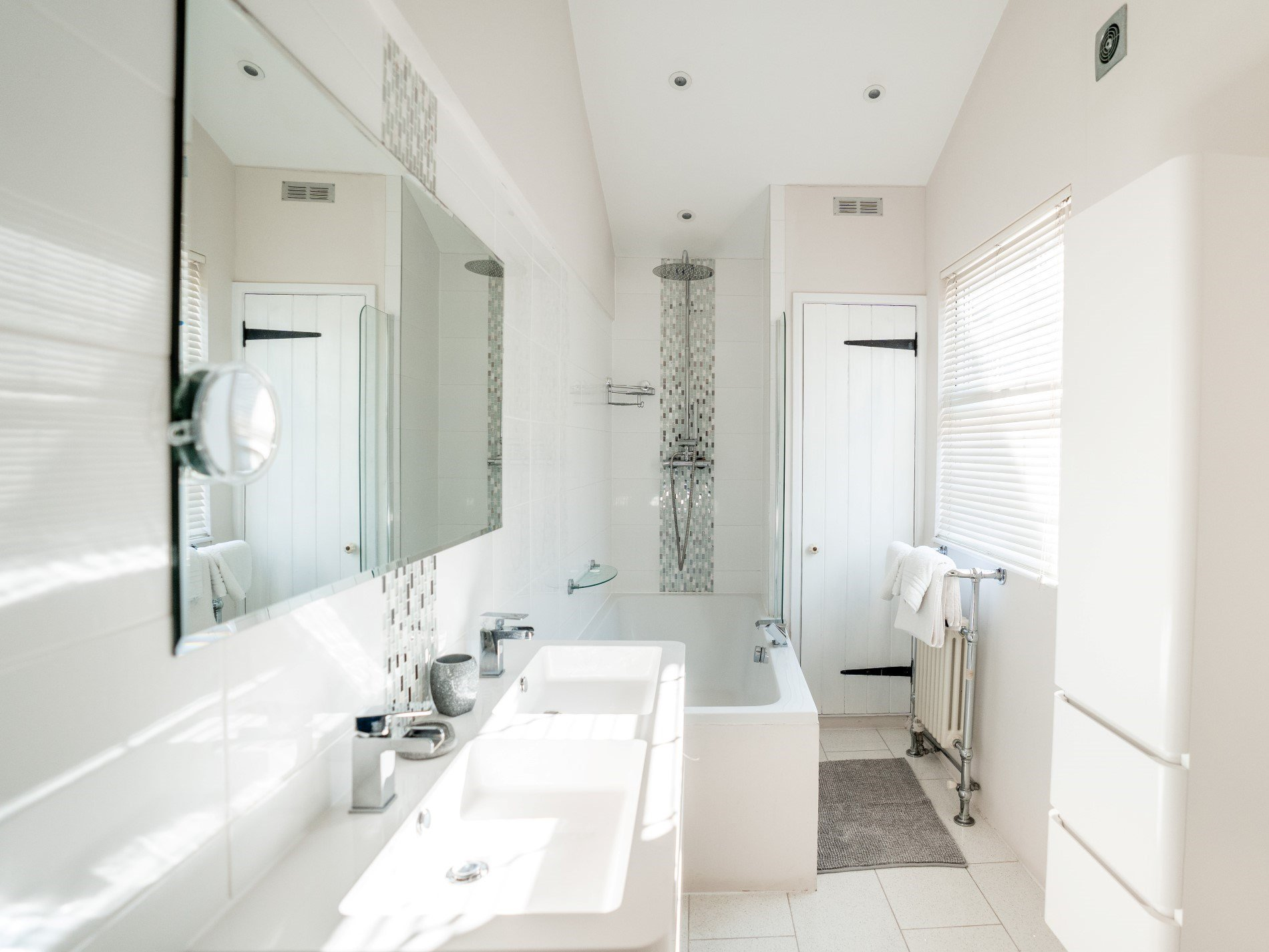 Contemporary en-suite bathroom with his and hers sinks