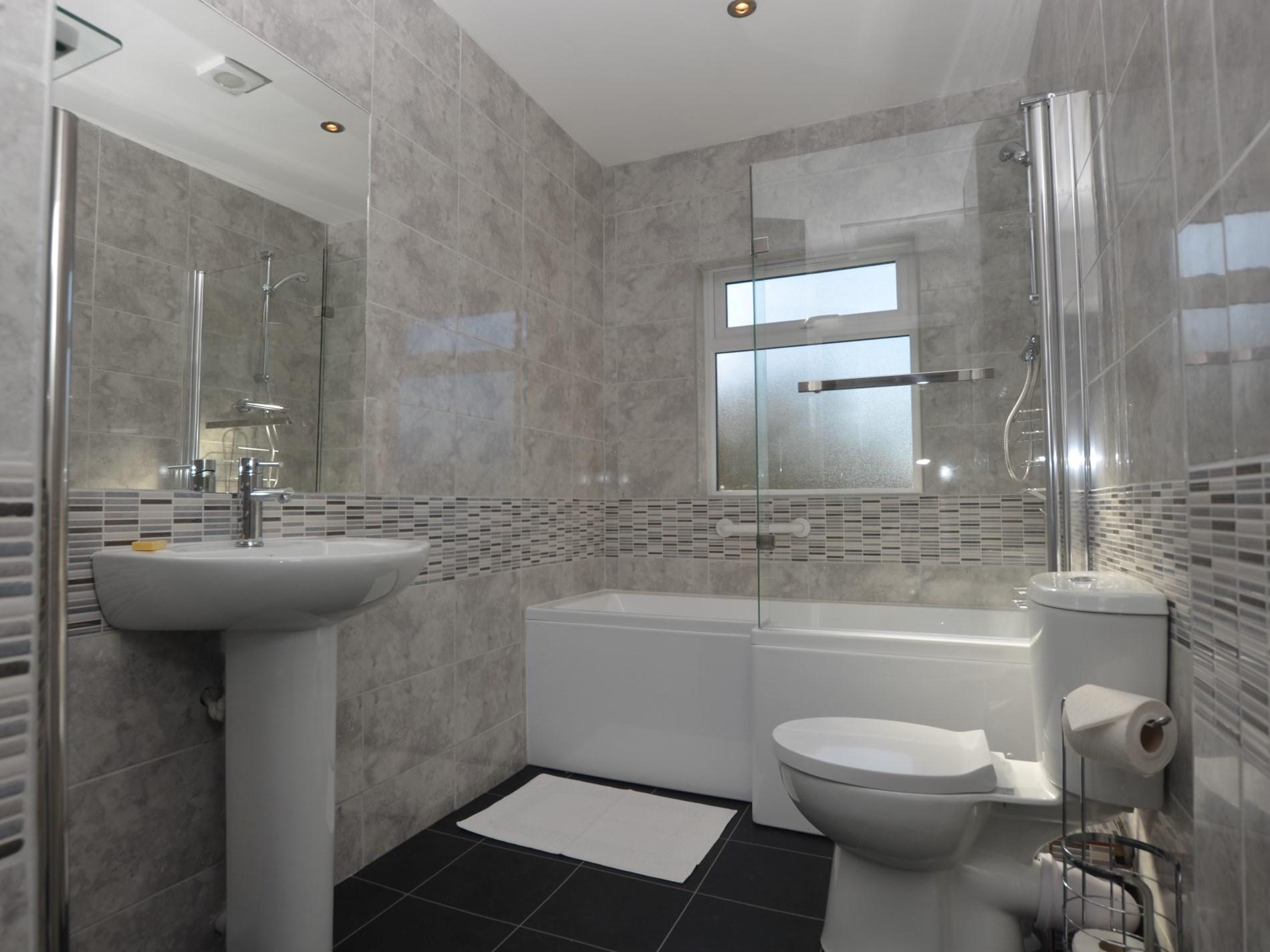 Spacious en-suite bathroom