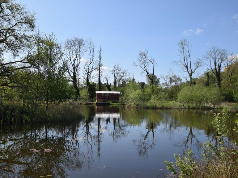 Stunning lakeside location