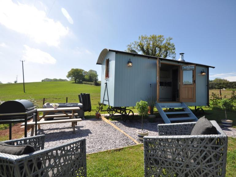 Stylish shepherds hut with hot tub
