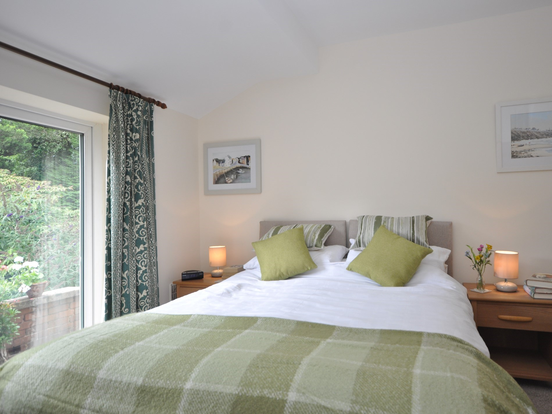 A king-size zip-and-link bedroom with access to the garden