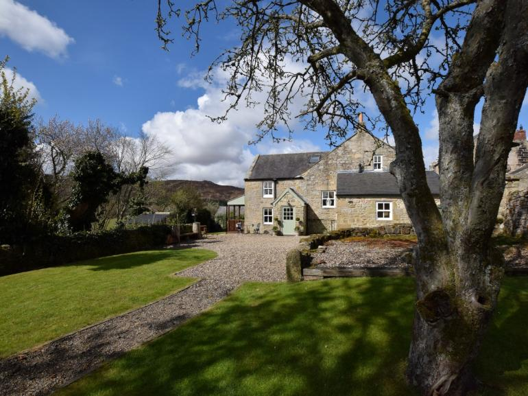 Lovely detached cottage in quite village with pretty gardens