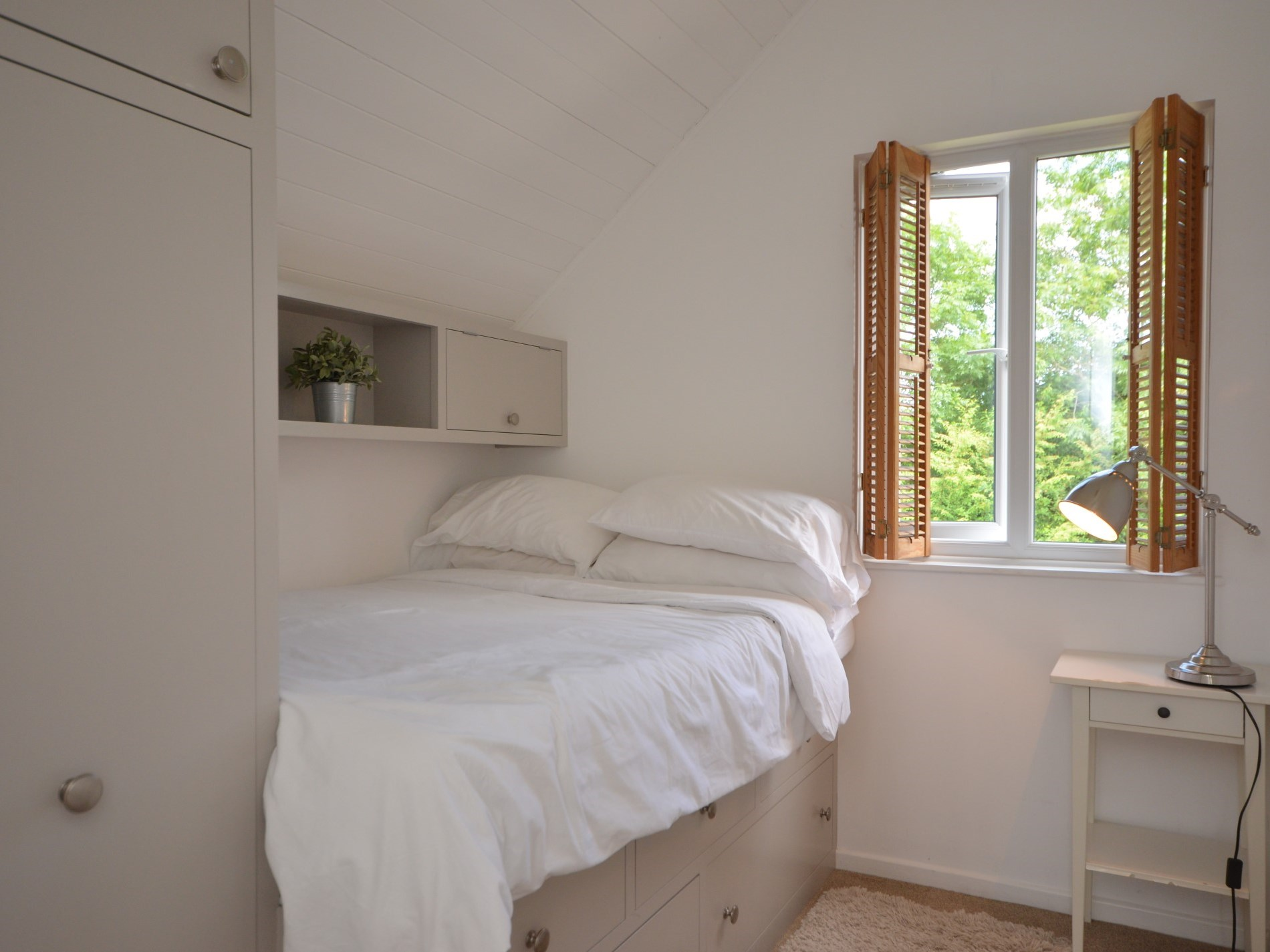 4 foot double bedroom with built in storage