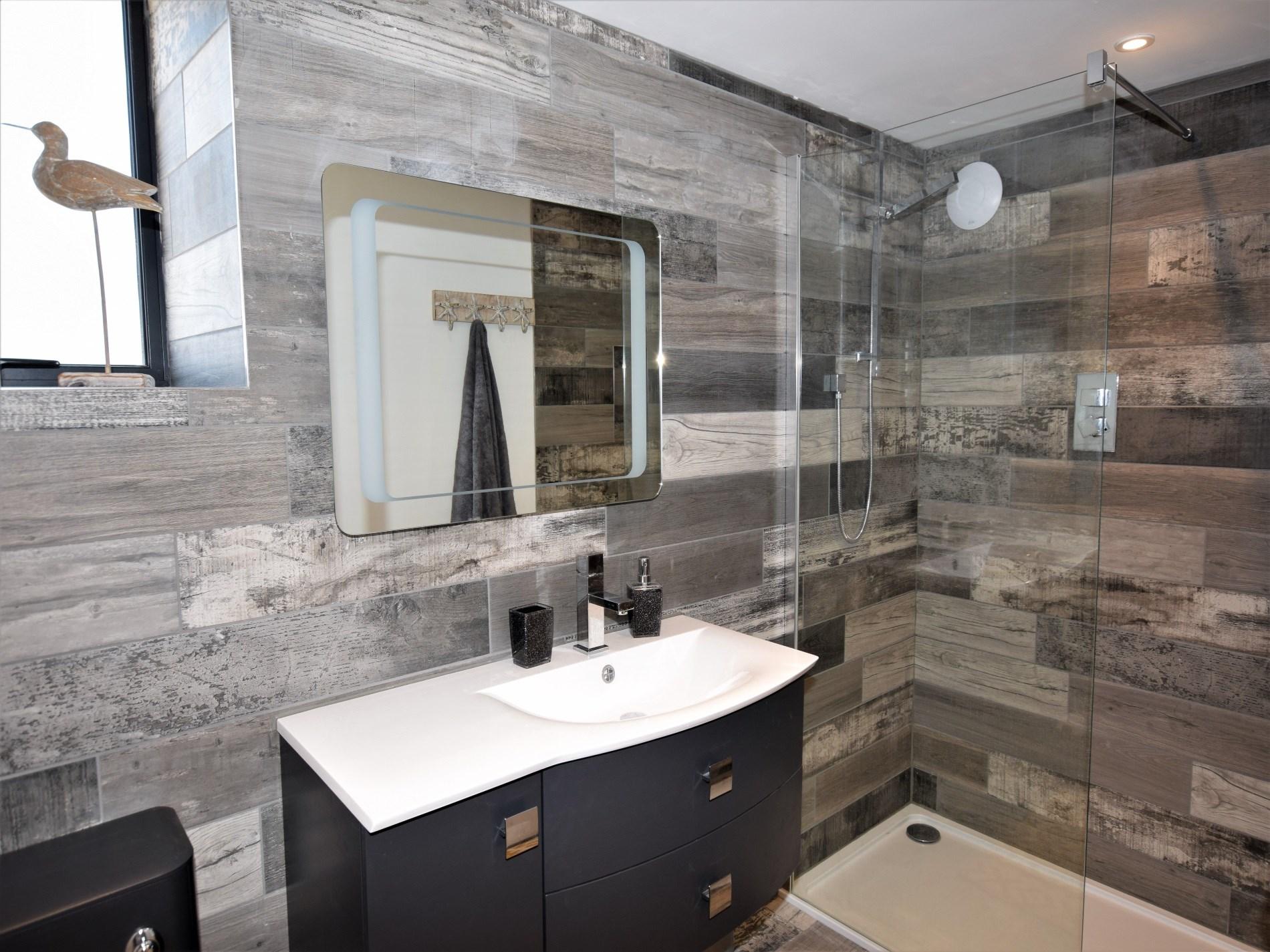 En suite shower room with WC