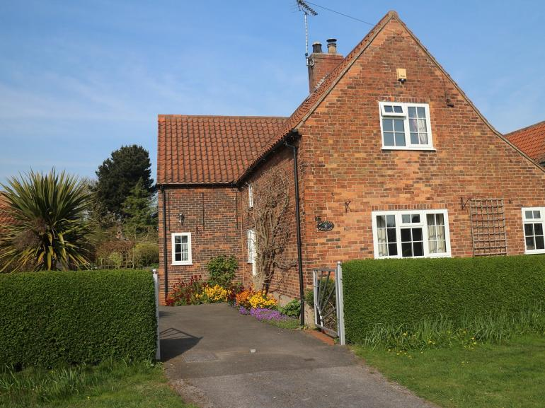 Pretty cottage right infront of the famous Maypole