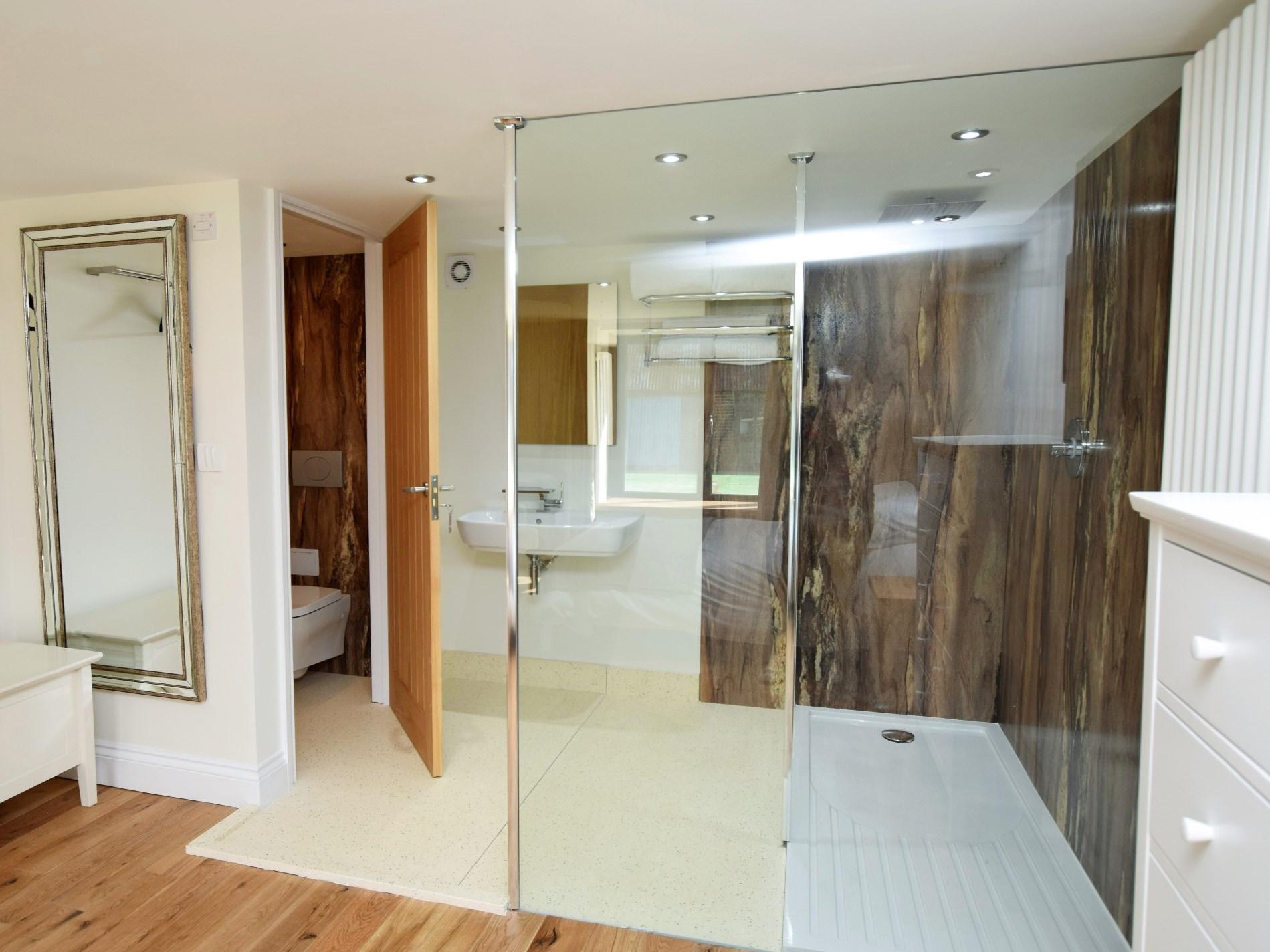Contemporary walk in en-suite shower