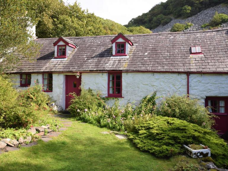 17th Century rural retreat in Snowdonia, close to the coast