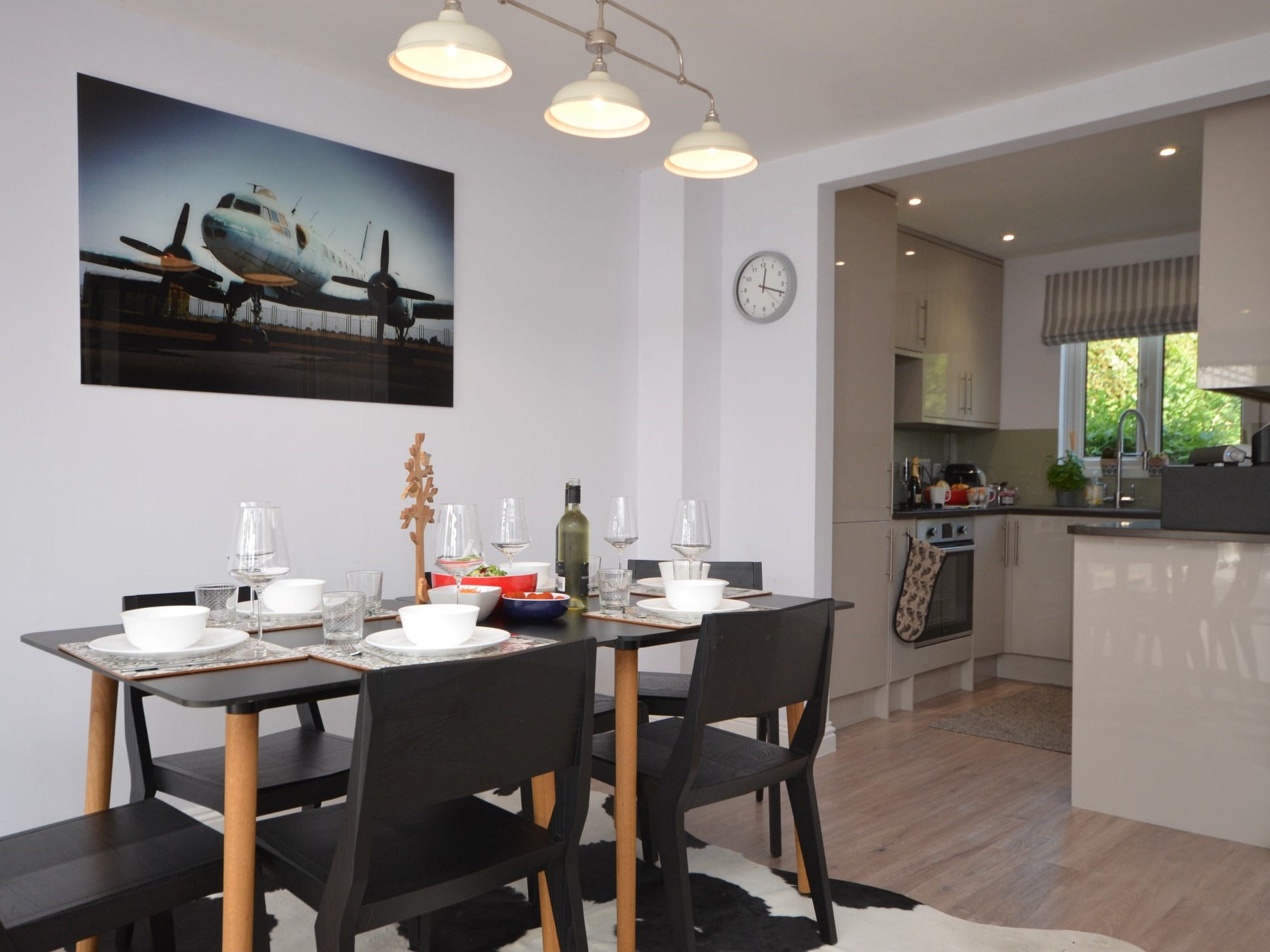 Open plan dinng and kitchen area