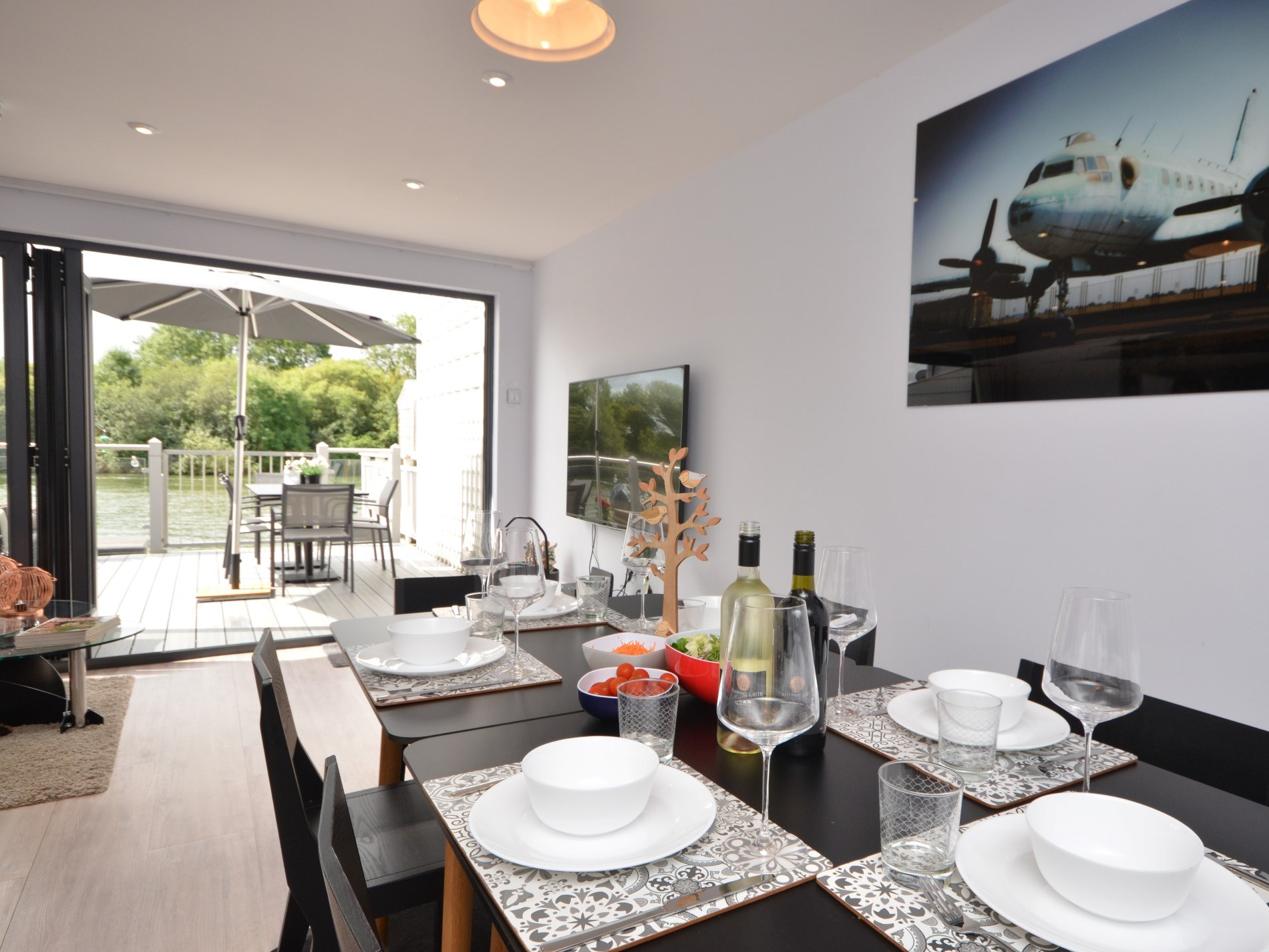 Enjoy supper with views onto the lake