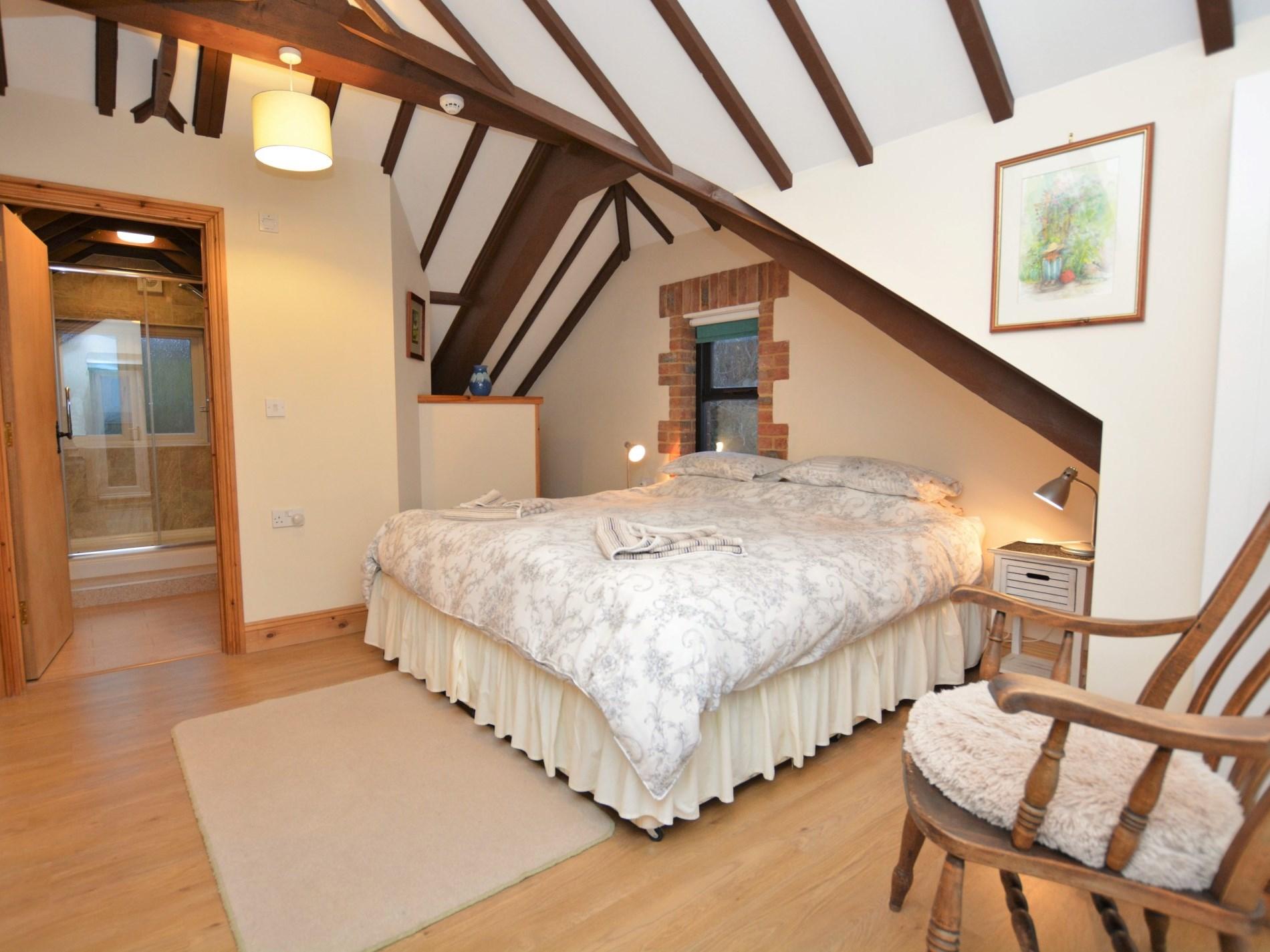En-suite bedroom with super king-size zip-and-link bed