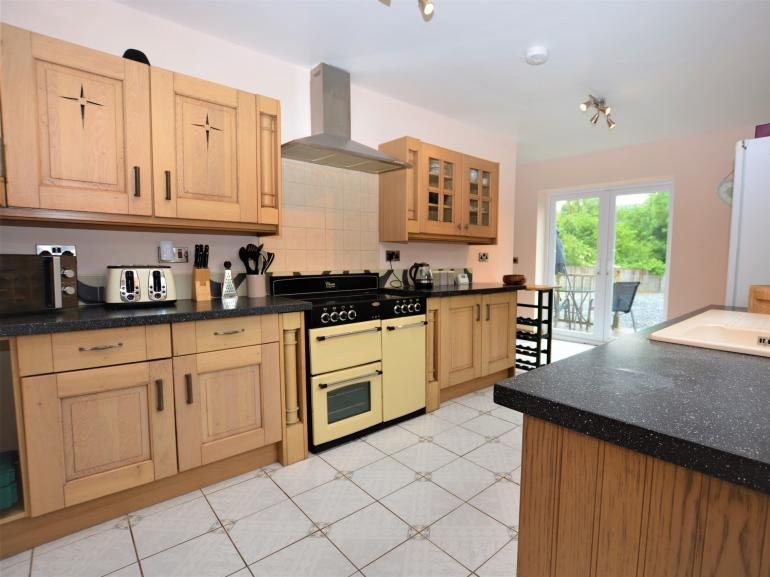 Kitchen with range style electric oven and hob
