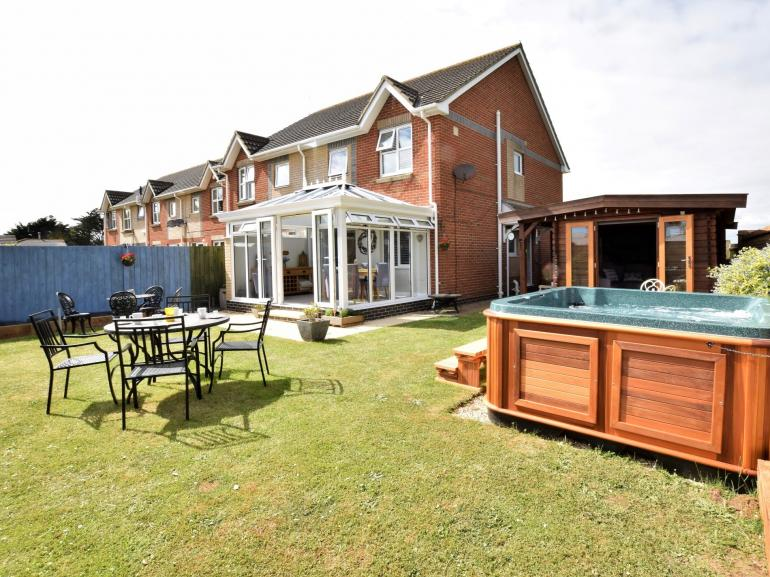 Stylish property with garden, hot tub and lodge