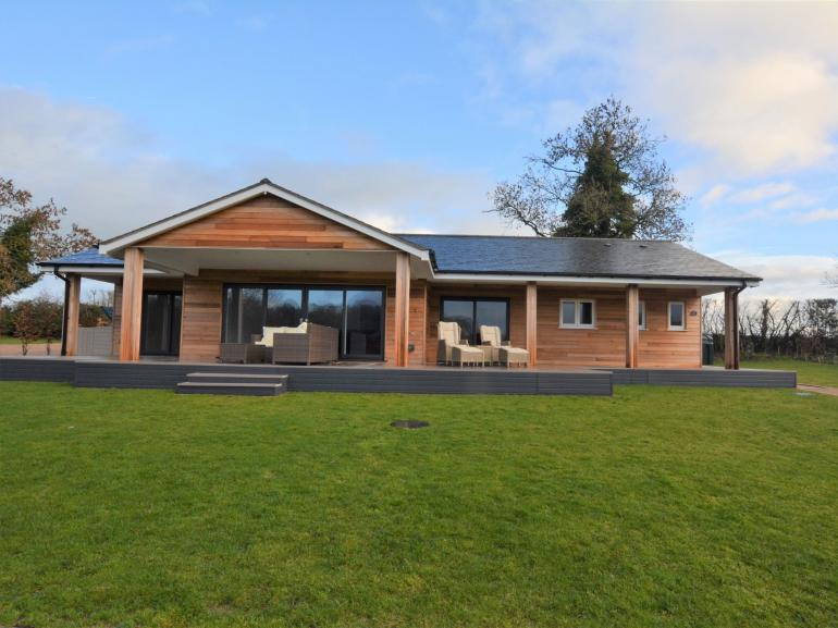 Elegant and stylish with lifes little luxuries, hot tub, tennis court