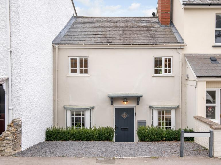 Characterful 15th century cottage within walking distance to the beach