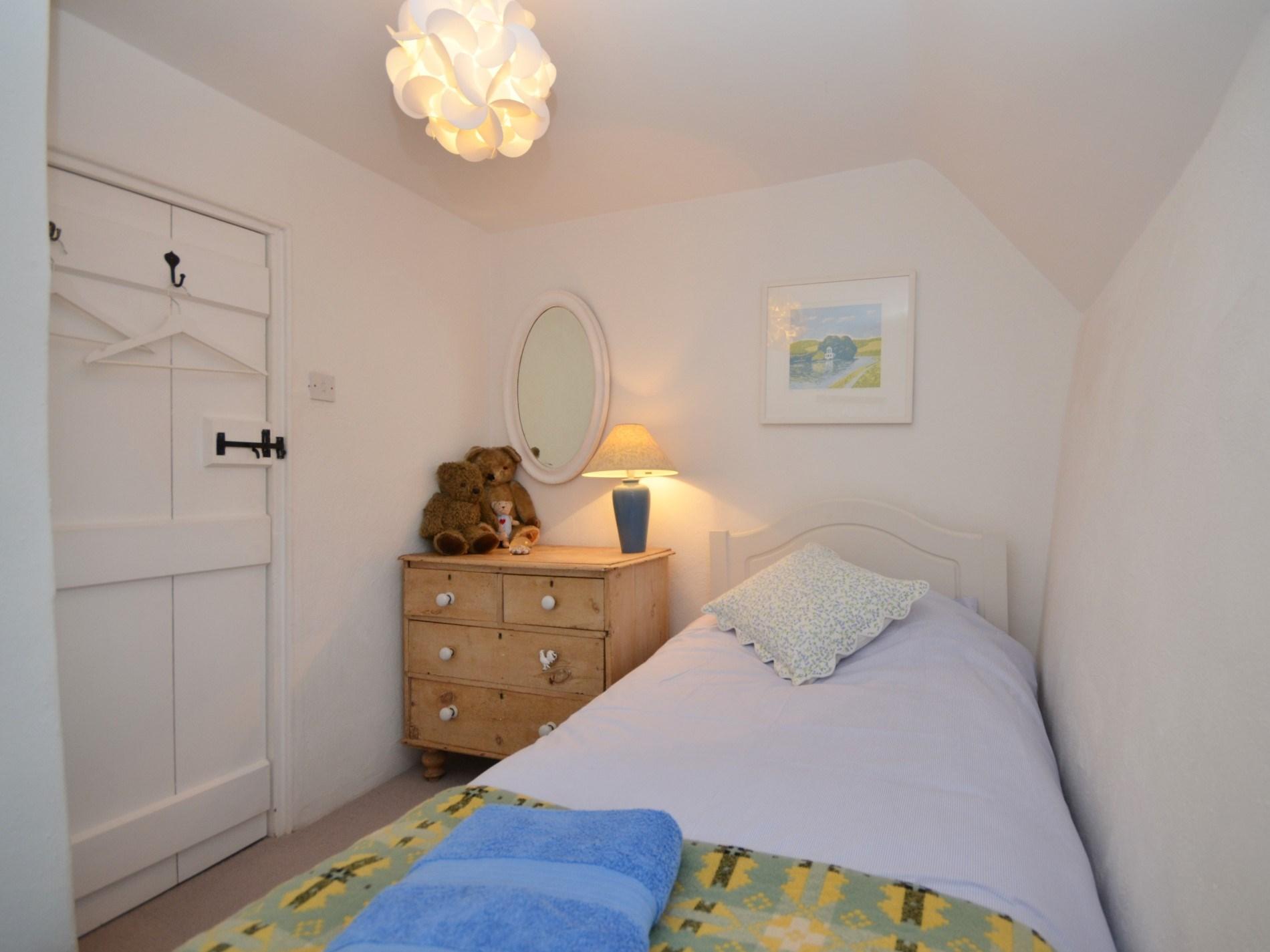 Pretty single bedroom