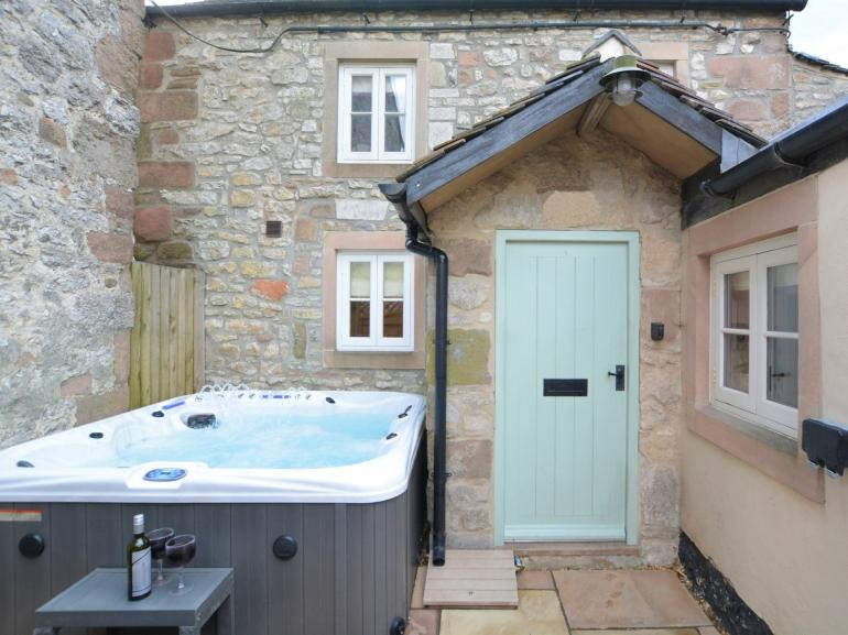Cute little cottage with a bubbling hot tub