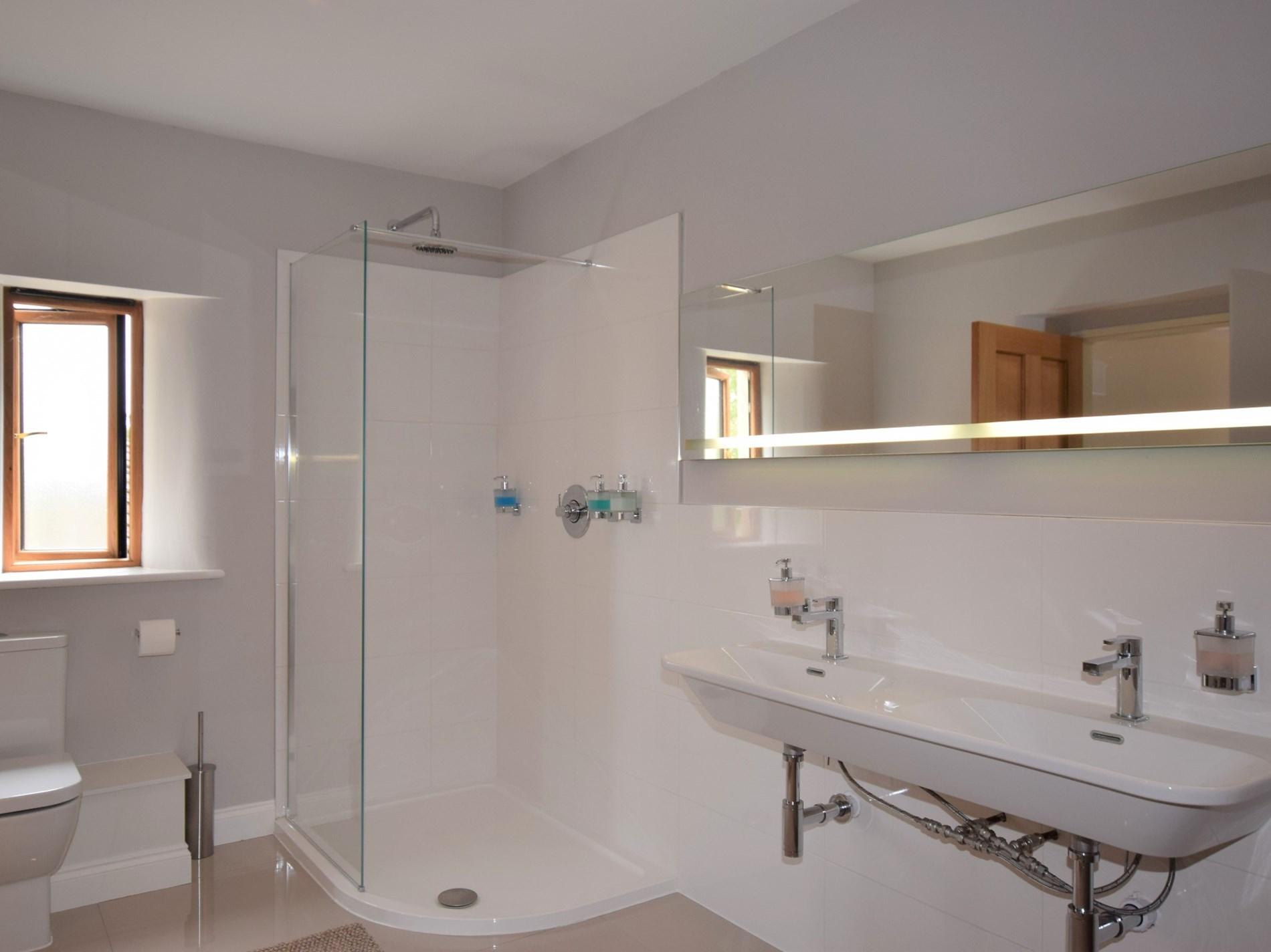 Master bedroom's en-suite with seperate shower