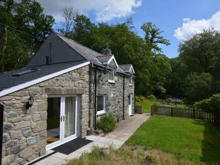 Idyllic detached stone cottage in own grounds and enclosed garden