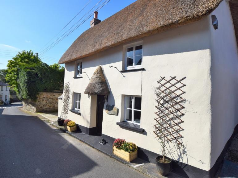 Relaxing quintessential village setting with pubs within walking distance