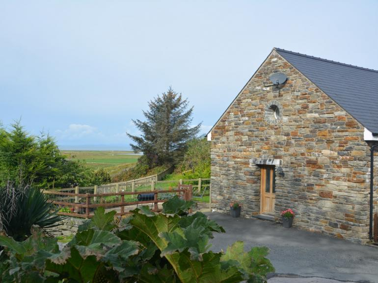 Beautiful barn with hot tub, close to the coast in Snowdonia National Park