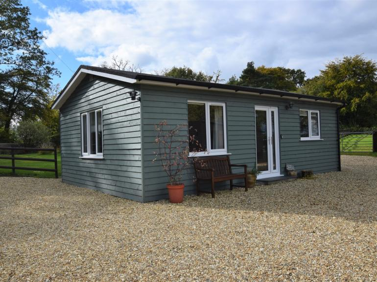 Delightful holiday home with cycle and walking trails close by