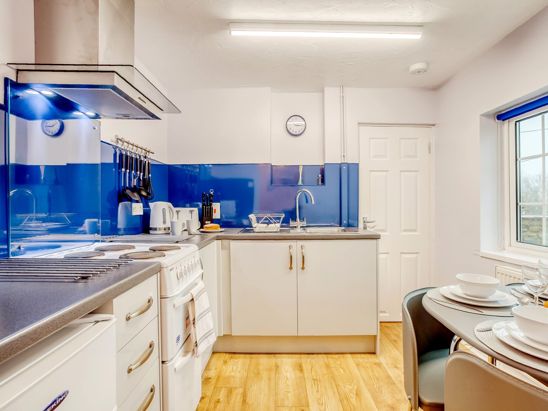A well-equipped kitchen with a contemporary style