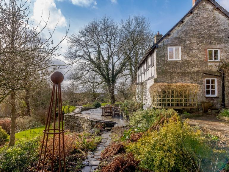Charming cottage set in an idyllic location