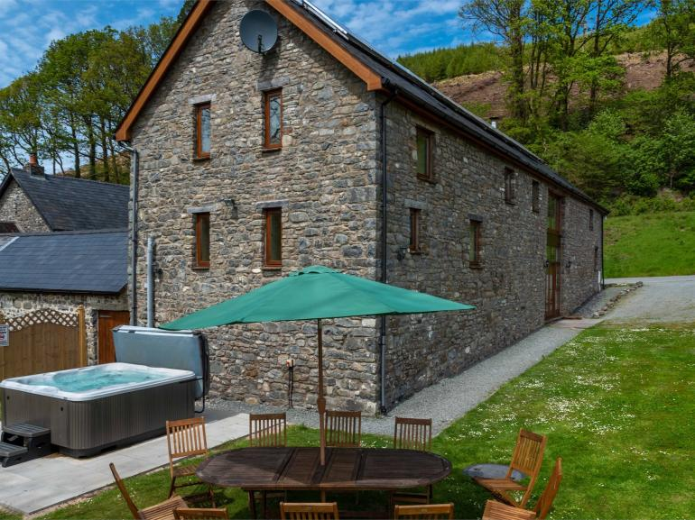 Glyn Barn with hot tub and patio area